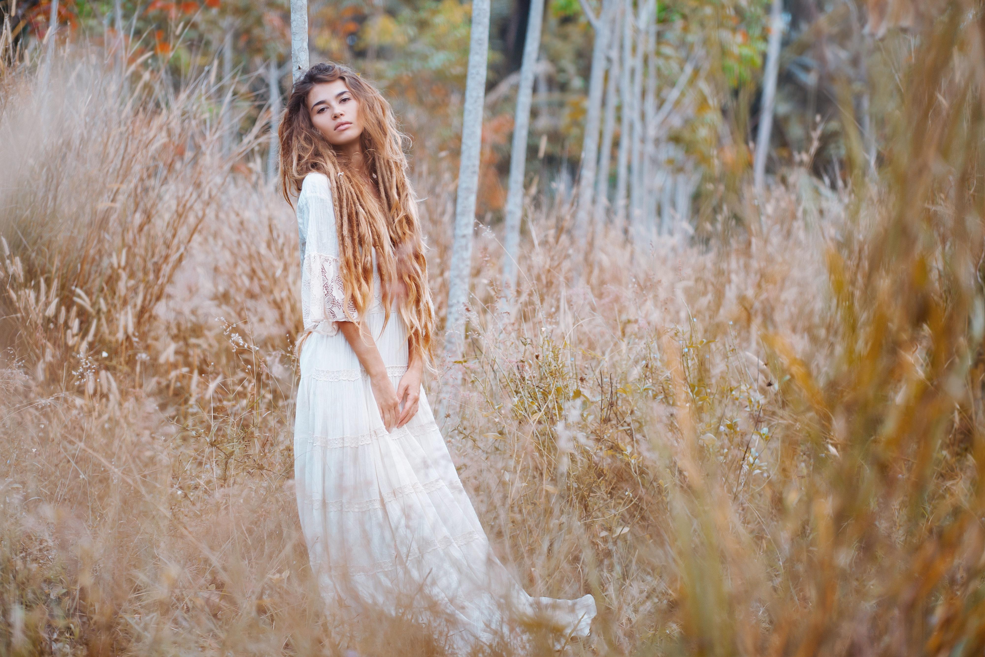 Boho Frau mit Dreads in der Natur