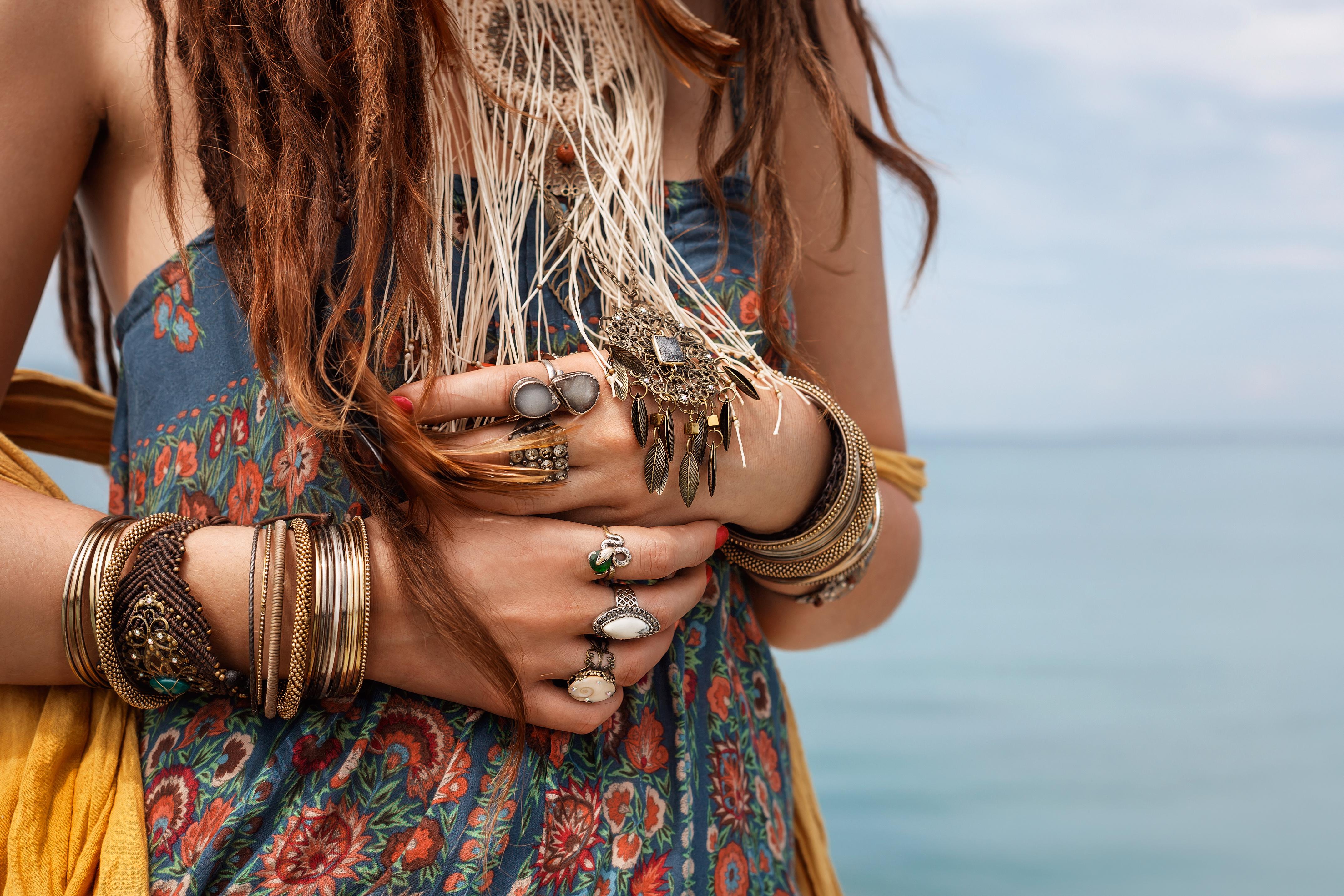 Mädchen mit Dreadlocks und Schmuck am Meer