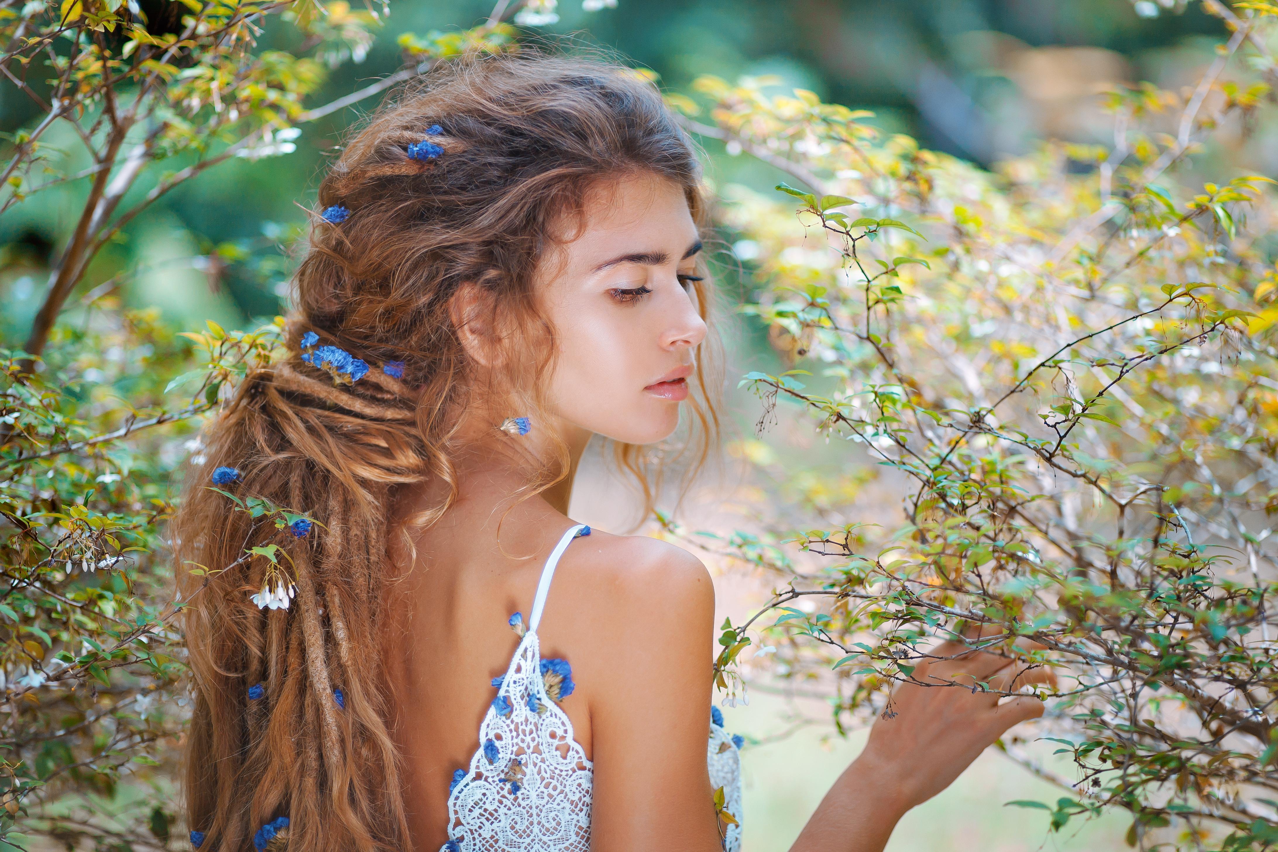 Mädchen mit Dreads im Wald Frühling